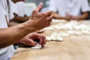 Handsemmel formen in der Bäckerei Brandl in Linz. Foto Volker Weibold